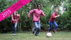 Lilly Grohmann, ihre Freundin Anna und Abdi spielen Fußball.