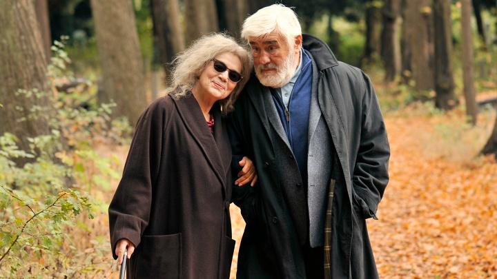 """Marcus (Mario Adorf) und Ethel (Hannelore Elsner) beim gemeinsamen Waldspaziergang in """"Der letzte Mensch""""."""