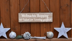 Heiligabend verkaufsoffen für  Blumenläden, Tannenbaum-Verkaufsstellen und Supermärkte.