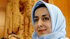 Veranstalter des Friedensmarsches ist unter anderem die Lehrerin Fereshta Ludin (Foto 2003). Sie wurde Anfang der 2000er Jahre als Kämpferin für das Kopftuch bundesweit bekannt.