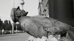 So wie diese Lenin-Statue am 30. Mai 1992 gegenüber dem Palast der Republik wurden die meisten sozialistischen Denkmäler nach der Wende abgebaut.