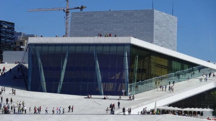 Opernhaus Oslo vom Wasser aus gesehen
