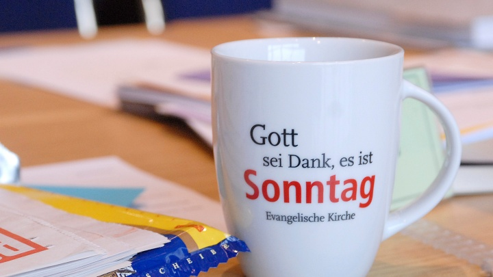 """ine Tasse mit dem Slogan """"Gott sei Dank, es ist Sonntag""""."""
