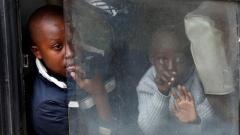 Kinder sitzen in einem Bus in Nairobi, der sie aufs Land bringt. Selbst finanziell besser gestellte Familien könnten sich keine drei Mahlzeiten am Tag mehr leisten.