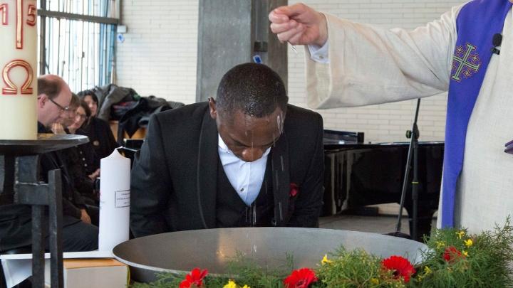 Pfarrer Ernst-Ludwig Fellechner tauft am 28.02.2016 in der Evangelischen Auferstehungsgemeinde in Mainz einen 31-jährigen Asylbewerber aus der Zentralafrikanischen Republik.