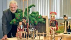 Theaterleiter Klaus Marschall mit den Weihnachtsfiguren