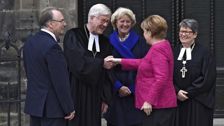 Die berühmten Gäste treffen vor der Wittenberger Schlosskirche ein.