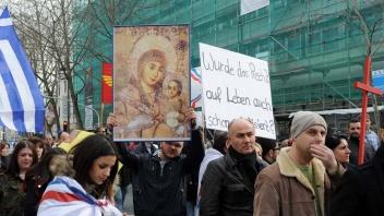 Jesiden und Christen aus Syrien und dem Irak demonstrieren in der Mainzer Innenstadt gegen die Verfolgung und Tötung ihrer Landsleute.