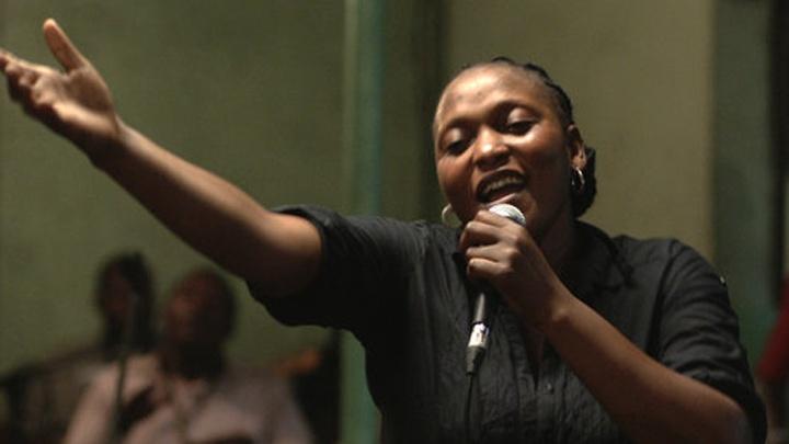 Véro Tshanda Beya, in der Rolle der Sängerin Félicité