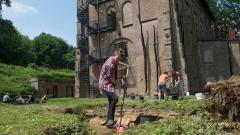 Vincent (19) aus Rotterdam nimmt am Sommerlager der Aktion Sühnezeichen in der Gedenkstätte teil, da sein Urgroßvater mal auf diesem Stückchen Erde gestanden hat - als Zwangsarbeiter.