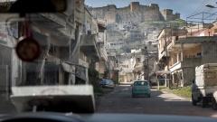 """Das syrische Dorf al-Hosn unterhalb der Kreuzritterburg """"Krak des Chevaliers"""". An Konsultationen mit der Evangelischen Kirche in Syrien nahmen auch evangelische Pfarrer aus Aleppo, Damaskus, Hama, Homs und Latakia nach Beirut angereist."""