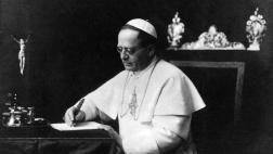 Papst Pius XI. am Schreibtisch.