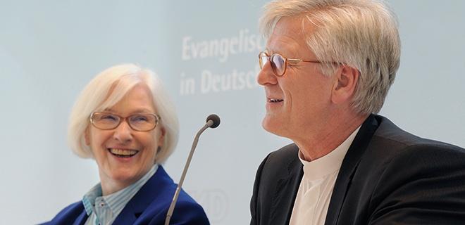 Schwaetzer und Bedford-Strohm bei Pressekonferenz auf EKD-Synode