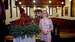 Auslandspfarrerin Andrea Pistor zündet in der Martin-Luther-Kirche in Sydney, Australien, eine Kerze am Adventskranz an.