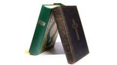 Bibel und Koran lehnen aneinander.