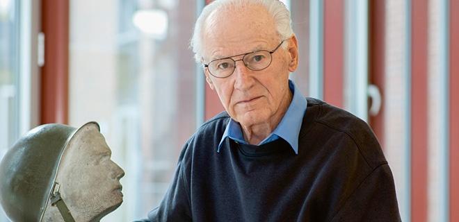 """Der Wehrmachts-Deserteur Ludwig Baumann (92) am 01.09.2014 neben Deutschlands erstem Mahnmal für den """"Unbekannten Deserteur"""" im Gustav-Heinemann-Bürgerhaus Bremen-Vegesack."""