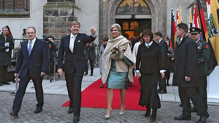 Das niederländische Königspaar Willem-Alexander und Maxima beim Verlassen der Schlosskirche vor der Thesentür in Wittenebrg.