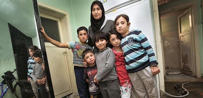 Edibe Diab in ihrer Wohnung mit ihren fünf Kindern