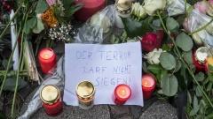 Zahlreiche Menschen stellen vor der Berliner Kaiser-Wilhelm-Gedächtniskirche Kerzen auf und legen Blumen nieder für die Opfer des Anschlags auf den Berliner Weihnachtsmarkt.