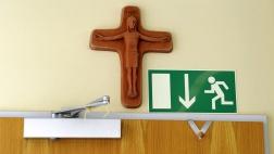 Ein Kreuz hängt im Klassenzimmer einer Grundschule in Kaufbeuren, Bayern.
