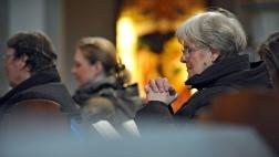 Betende Gottesdienstbesucher in der evangelisch-lutherischen Gartenkirche St. Marien in Hannover.