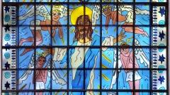 Ausschnitt eines Kirchenfensters, das vom New Yorker Pop-Art-Star James Rizzi entworfen wurde.