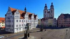 Marktplatz der Lutherstadt Wittenberg mit dem Rathaus (l.), der Stadtkirche St. Marien und den Denkmaelern der Reformatoren Philipp Melanchthon (1497 - 1560, vorne) und Martin Luther (1483-1546), Drohnenfoto vom 27.03.2017.