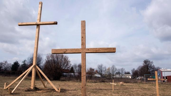 Holzkreuze stehen im März 2017 am Baugrundstück einer geplanten Moschee der Ahmadiyya-Gemeinde im Erfurter Ortsteil Marbach.