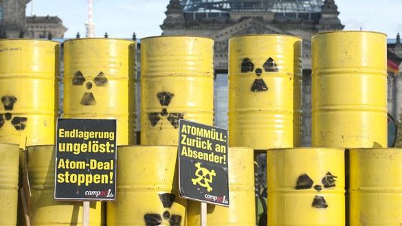 """""""Atommüllfässer"""" als Symbol für die ungelöste Endlagerfrage vor dem Bundestag"""