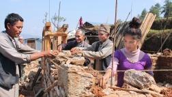 Die 20-jährige Binita (re.) ist Maurerin und arbeitet mit einem halben Dutzend männlicher Kollegen am Bau eines Hauses in einem Dorf im Distrikt Dolakha in Nepal (Foto vom 06.04.2017).