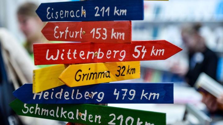 Bunter Schilderwald mit Städtenamen