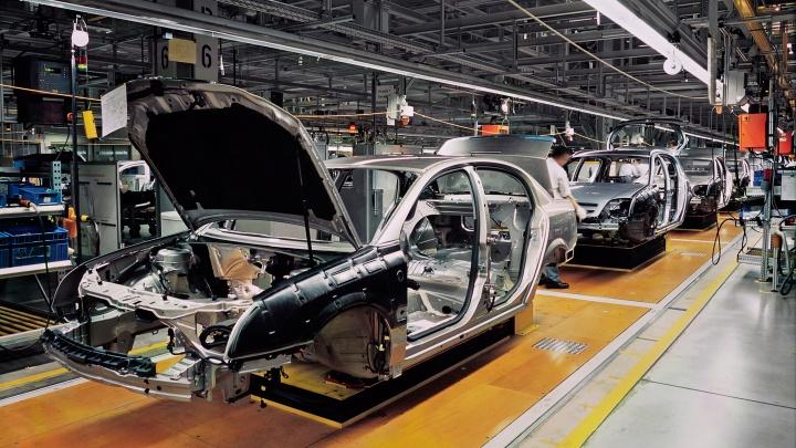 Autos unfertig in einer Werkshalle