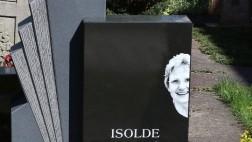 Grabstein mit einem Porträtfoto der Verstorbenen auf einem Friedhof in Baden-Württemberg.