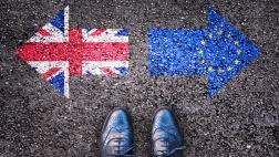 Britische und Europäische Flagge in Form von Pfeilen, die in unterschiedliche Richtungen weisen.