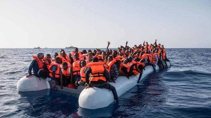 Ein überfülltes Schlauchboot mit ca. 150 bis 160 Geflüchteten.
