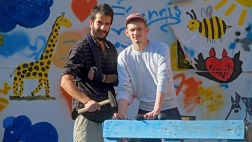 """Basel Abdulhadi (l.) baut gemeinsam mit seinem Kollegen Jakob Husar im kirchlichen Jugendzentrum """"Phoenix"""" in Bad Gandersheim aus Euro-Paletten Gartenmöbel."""