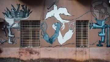 Mural mit einer Friedenstaube und zwei Händen