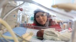Frühchenstation in der Geburtsklinik Zur Heiligen Familie in Bethlehem: die 19 Jahre alte Sajedh Masalmeh bei ihrem Kind.