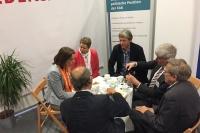 DEKT-Generalsekretärin Dr. Ellen Ueberschär am Stand der evangelischen Friedensarbeit