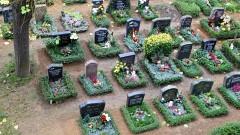 Schmücken der Gräber für den Ewigkeitssonntag