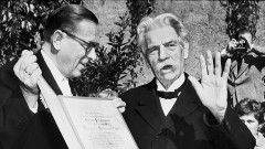 Albert Schweizer erhält vom Frankfurter Oberbürgermeister Bockelmann (li.) den Ehrenbürgerbrief der Stadt.