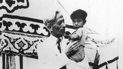 Ernst Jakob Christoffel 1938 mit dem Sohn eines armenischen Kochs.