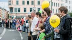 Menschen mit Luftballons in einer Reihe