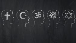 Symbole der Weltreligionen: OM-Symbol für Hinduismus, Menora (siebenarmiger Leuchter) für das Judentum, Kreuz für das Christentum, Koran für den Islam, Buddhafigur für Buddhismus.
