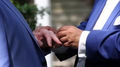 Bräutigame beim Ringtausch.