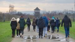 Eine Schulklasse besichtigt das ehemalige Konzentrationslager Auschwitz-Birkenau