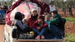 Flüchtlinge stehen an einem Checkpoint in dem Ort Inab bei Afrin.