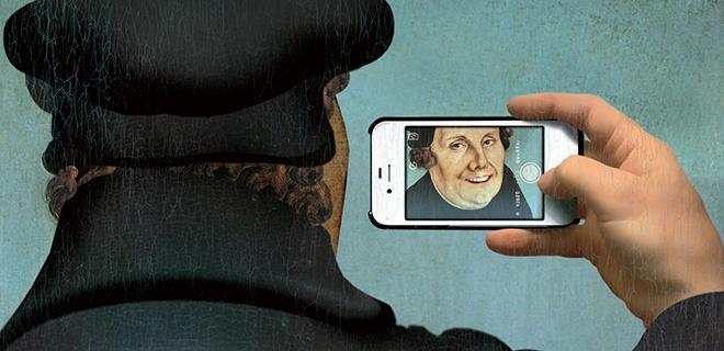 Fotomontage. Martin Luther fotografiert sich mit einem Smartphone.