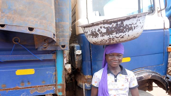 Mädchen auf dem Zentralmarkt in Kumasi, Ghana.