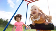 Kinder sollen ein Recht auf Meinung haben und auf Kinderlärm. Lärm Beschwerden abzuwehren oder die Sicherheit im Straßenverkehr durch Zebrastreifen sollen mit dem überarbeiteten Artikel 6 verbessert werden.